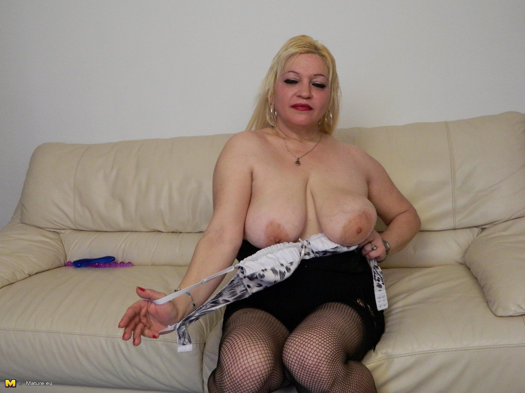 milf sit down no panties