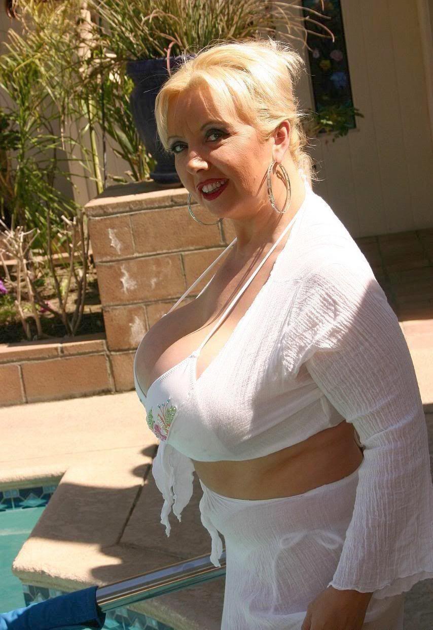 Images - Busty deelite topless