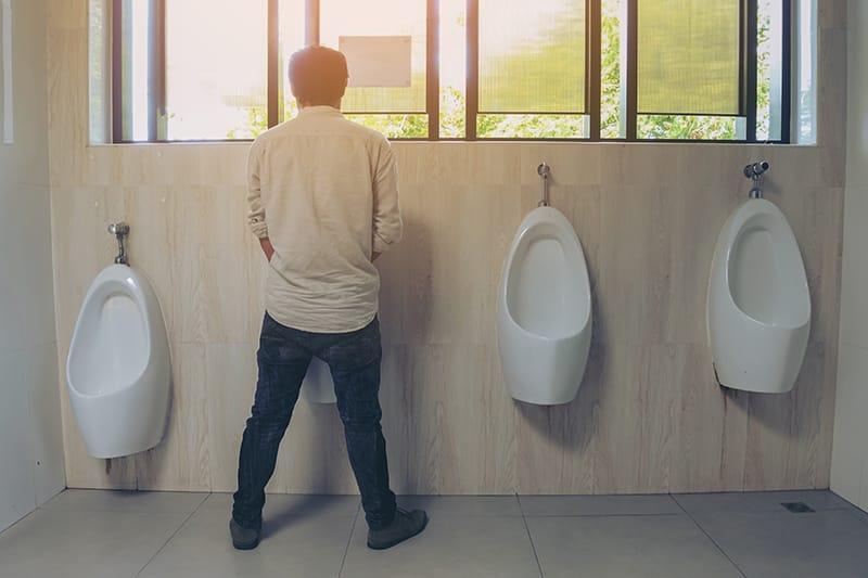 Gr8 B. reccomend Men peeing into urinals